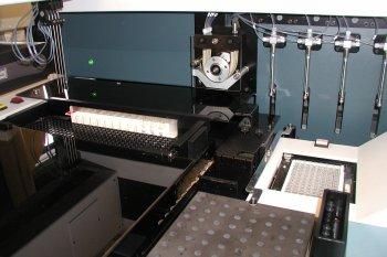 A gauche, les pipettes qui prélèveront dans les tubes, les échantillons à mettre en contact avec les réactifs, dans les puits de réaction de type Elisa.