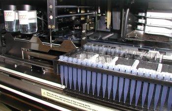 Les réactifs permettant de dosage de l'AFP, de la Bêta-hCG libre ou de l'oestriol sont disposés dans l'appareil qui permettra une analyse automatisée.