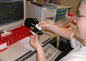 Chaque dosssier (prélèvement et ordonnance d'analyse) se voit attribuer un numéro (code -barre) qui permettra son identification tout au long de la chaîne d'analyse.