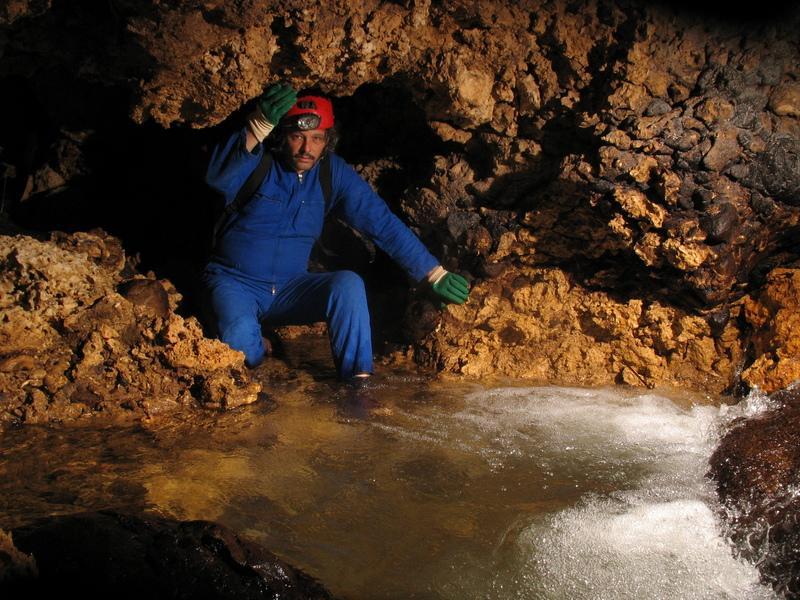 eau dans la grotte . Photographie de Bernard Lips